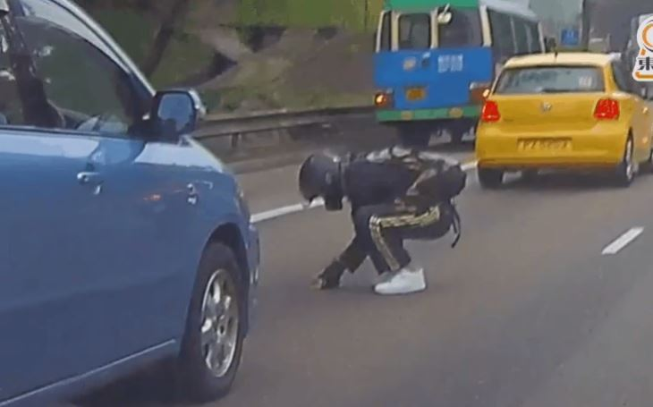 hong kong driver stops traffic to save kitten