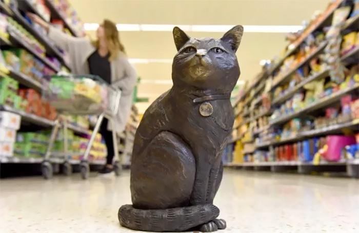 supermarket cat statue 8